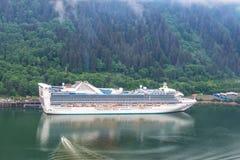 Вид с воздуха туристического судна на порте в Juneau, Аляске Стоковая Фотография RF