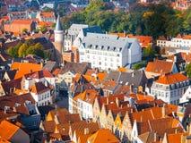Вид с воздуха узких улиц и красных крыш Брюгге, Бельгии Стоковые Изображения