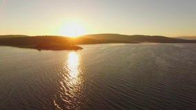 вид с воздуха Фантастический заход солнца на резервуаре воды видеоматериал