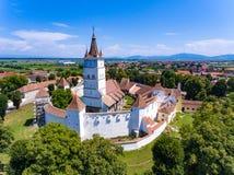 Вид с воздуха церковь-крепости Saxon Harman в деревне h стоковые фото
