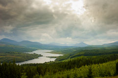 Вид с воздуха Шотландии, гористых местностей, с драматическим облачным небом Стоковое Фото