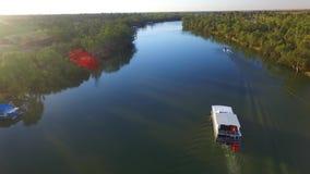 Вид с воздуха шлюпки лыжи на Реке Murray Австралии сток-видео