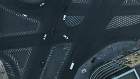 Вид с воздуха юлить движение на дороге сток-видео