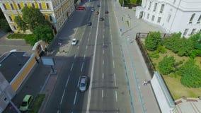 Вид с воздуха юлить движение на дороге видеоматериал