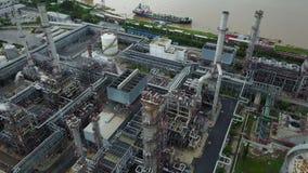 вид с воздуха 4K вокруг нефтехимического завода сток-видео