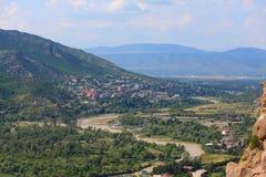 Вид с воздуха Mtskheta, города с много стоковые фото