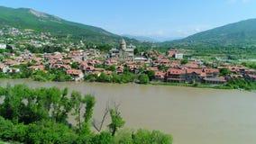 Вид с воздуха Mtskheta, Georgia Собор Svetitskhoveli, старый город и река Mtkvari сток-видео