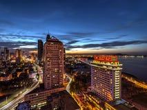Вид с воздуха Nightscape города Yantai на Шаньдуне Китае во время захода солнца Стоковая Фотография RF