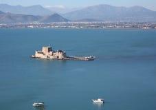Вид с птичьего полета замка Bourtzi в Nafplio при пристань водя к ей. Стоковые Изображения RF