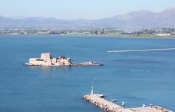 Вид с птичьего полета замка Bourtzi в Nafplio при пристань водя к ей. Стоковое Изображение RF