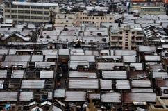 Вид с птичьего полета крыш дома с снегом Шанхаем Китаем стоковое фото rf