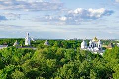 Вид с птичьего полета собора St Sophia с колокольней в парке Новгорода Кремля в Veliky Новгороде, России Стоковые Фото