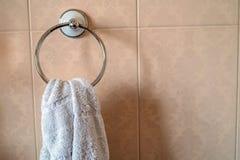Виды полотенца на стене в ванной комнате Стоковое Фото