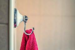 Виды полотенца на стене в ванной комнате Стоковые Изображения