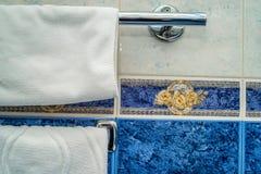 Виды полотенца на стене в ванной комнате Стоковое Изображение