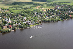 Виды с воздуха - деревня на речном береге Стоковое Изображение
