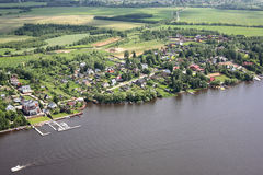 Виды с воздуха - деревня на речном береге Стоковое фото RF