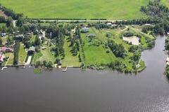 Виды с воздуха - дома на речном береге Стоковые Фото