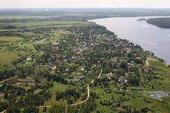 Виды с воздуха - русская деревня на речном береге Стоковое фото RF