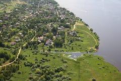 Виды с воздуха - русская деревня на речном береге Стоковые Фотографии RF