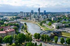 Вильнюс, взгляд реки Neris и многоэтажных зданий города на снаряжении Стоковые Изображения