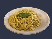 Вид Trofie итальянский макаронных изделий с соусом песто Стоковые Фотографии RF