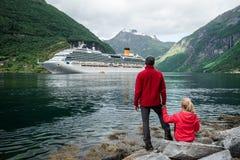 Вкладыш круиза в водах Geirangerfjord, Норвегии стоковая фотография rf