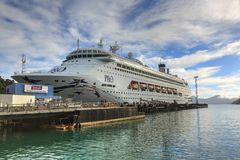 Вкладыш круиза P&O наряду с причалом в Picton, Новой Зеландии стоковые фото