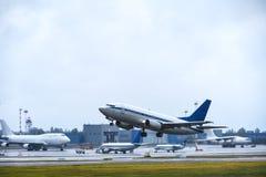 Вкладыш пассажира принимает в небо от взлётно-посадочная дорожка авиапорта в пасмурной погоде с дождем стоковое изображение rf