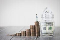 Вклад и дом свойства закладывают финансовую концепцию, дом защищают, страхование С космосом экземпляра для вашего текста стоковые изображения