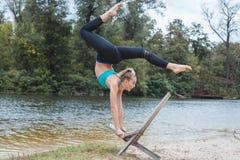 включенная гимнастика девушки Стоковые Фото