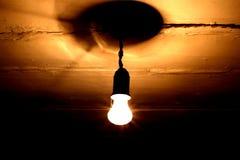Включенная электрическая лампочка на потолке стоковые фотографии rf