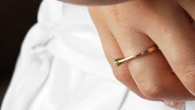 Включенный конец-вверх руки кольцо золота с невестой платья драгоценного камня wedding белой сток-видео