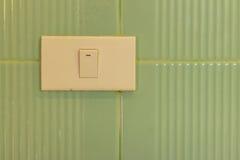 Включите стену керамических плиток в туалете Стоковые Изображения