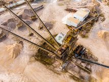 Вкосую аэрофотоснимок с целью большой обрабатывая машины при использовании в карьере песка, разделить драгированный материал int стоковая фотография rf