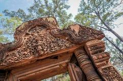 Вкосую угловая съемка вход виска Banteay Srei или Banteay Srey, стоковые изображения rf