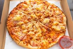 Вкусная гаваиская пицца с ветчиной и ананасом стоковое изображение rf