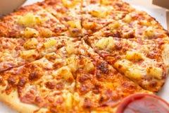 Вкусная гаваиская пицца с ветчиной и ананасом стоковое фото rf
