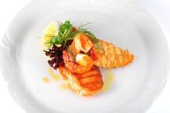 Вкусная еда на белой плите Стоковые Фотографии RF