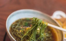 Вкусная еда с горячей лапшой Soba стоковые изображения rf