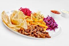 Вкусная еда. Зажженное мясо с французскими фраями. Высокомарочное imag Стоковое Изображение RF