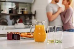 Вкусная еда для любящих пар в кухне Стоковое Фото