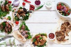 Вкусная зажаренная рамка ед на деревянном положении квартиры Стоковые Фото