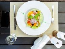 Вкусная здоровая еда и современная технология на столе Стоковое Изображение RF