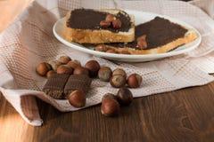 Вкусная здравица с арахисовым маслом на плите Стоковая Фотография