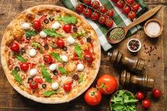 Вкусная итальянская пицца с сыром моццареллы томата стоковое изображение rf