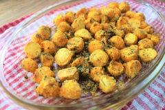 Вкусная и очень вкусная еда готовая для обеда, бататы сладких картофелей испекла в печи с специями и травами стоковые изображения rf