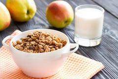 Вкусная овсяная каша с яблоками и молоком Стоковое фото RF