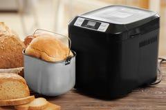 Вкусная отрезанная машина хлебца и хлеба Стоковая Фотография RF