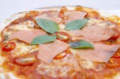 Вкусная пицца с семгами Стоковая Фотография